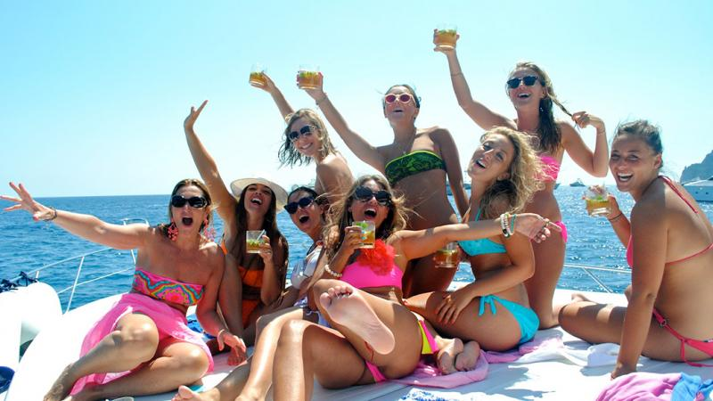 Kick off your stag do with sexy girls on party boat!